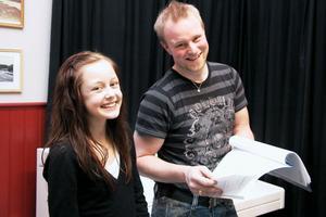 Annie spelad av Elin Lennartsson och regissören Jon Anderzon går igenom en del av det omfattande manuset. Just nu läser och läser man och går  igenom manus när man träffas.