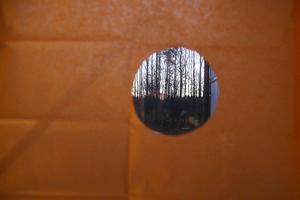 Klipp en fullmåne i silkespapperet. Bonuseffekt: du kan fortfarande kika ut genom fönstret.