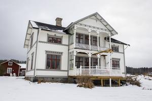 Familjen Berglin/Jonsson har gett huset i Viskan mycket kärlek. De fick hjälp med färgsättningen av en målare och i dag har huset återfått sin forna glans.