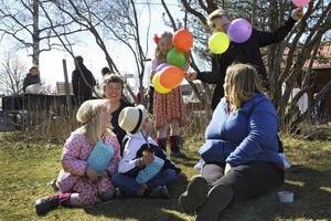 Saga Tallroth och Alvar Dahlkvist busar med ballonger från fiskdammen.