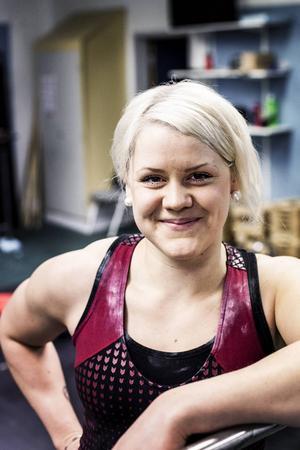 Paula Junhov-Rindberg är i toppform. Det står klart efter ett nytt distriktsrekord i ryck med 79 kilo och samtidigt ett nytt personligt rekord med sju kilo efter 99 kg i stöt.