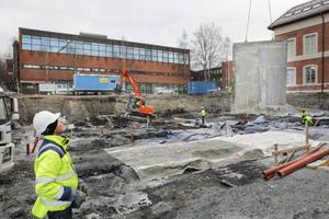 Byggandet av hus X nedanför sporthallen i Östersund är i full gång. 3000 kubik jordmassor har fraktats bort och nu inleds arbetet med att gjuta sulan. – Vi håller på att sätta ihop väggformarna som vi ska gjuta källarväggarna med, säger Patrik Mikelsson, platschef på NCC, medan han styr lyftkranen.