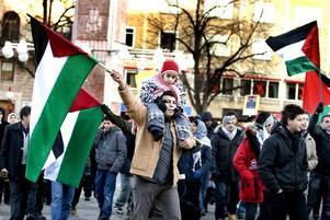 Naser Talja demonstrerade med Maram Hayssam Mohamad på sina axlar och ropade ut slagorden mot Israels bombningar i Gaza.