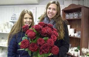 Emilia Leander och Alice Gundhe har som Lisskullor i Leksand bland annt spridit glädje genom att dela ut rosor.