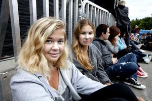 """Systrarna Alva och Fanny Zakariasson från Uppsala hoppades på en bra och glad konsert och att få höra favoritlåtarna """"Söndermarken"""" och """"Jag har väntat på ett regn""""."""