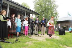 Vemdalskören under ledning av Helen Westfält underhöll med låtar som