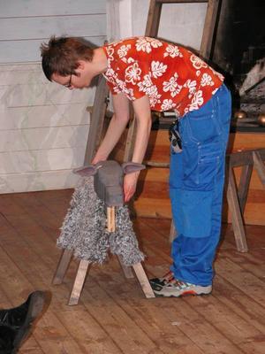 Fårbock. Tänk vad man kan göra med en träbock och en fäll. Anders Håkansson, trälinjen, visade upp ett mycket uppskattat får som med lite