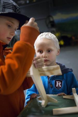 Bröderna Linus Eklund, 8 år, och Albin Eklund, 5 år, bygger träflygplan.