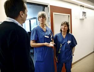 Prov-Iva. Det fungerar bra att jobba i de provisoriska lokalerna tycker Tina Berglund och Annelie Fredriksson, här i samspråk med lasarettets tekniske chef Bo Eriksson.