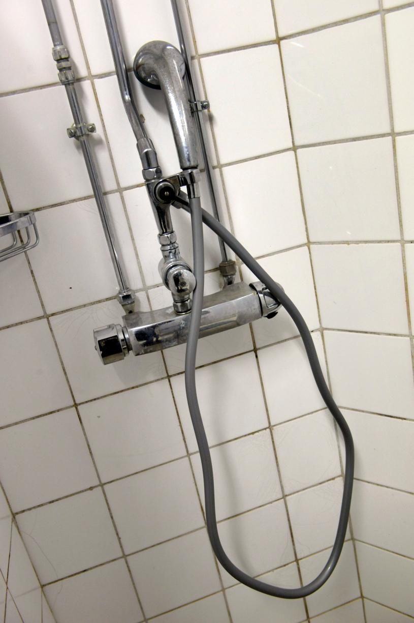 människor som har sex i duschen