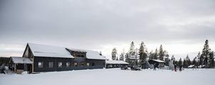 Tännäskröket har fått en ny restaurang- och festlokal efter branden för snart ett år sedan.