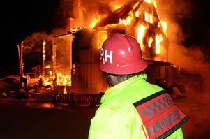 Årets värsta brand i Malung-Sälen inträffade då Lima handel med butik, pizzeria och lägenheter totalförstördes vid en nattlig brand i början av september. Räddningsledaren Per Hampus betraktar den övertända träbyggnaden.