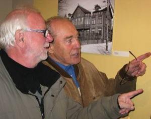 Folke Lindqvist och Alf Johansson var två av besökarna på vernissagen.  De kände igen mycket i de gamla fotografierna från Strandgatan.