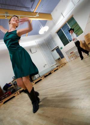 """På nyårsdagen är Josefin Sjölund i Tyskland för att tävla i VM i linedance. Hon tar med sig sex olika klänningar, en till varje dans. """"När vi dansar vals har vi till exempel långklänning"""", säger hon.Foto: Håkan LuthmanDe manliga dansarna måste ha cowboyhatt på sig när de tävlar i fyra av sex danser.Frida Johansson är debutant i VM-sammanhang. """"Det vore kul att komma till final"""", säger Frida Johansson."""