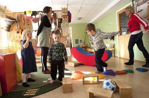 Trivsamma lokaler, roliga lekar och engagerad personal gör att barnen trivs på förskolan Fridhem och att föräldrarna är nöjda med verksamheten. Här syns Ester Hansson, Milo Tallroth och Teodor Adlerz Bjurström tillsammans med förskolelärarna Lotta Eriksson och Katarina Larsson.