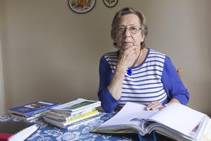 hemma. Dagmar Måntelius har bearbetat stora delar av sitt liv genom pennan, både av berättarlust och för sin egen skull. Ett av verken handlar om åldringsvården, där både äldre och vårdbiträden far illa. I pärmar har hon har också samlat de artiklar som skrivits om henne och de gånger hon fått texter publicerade i tidningar.