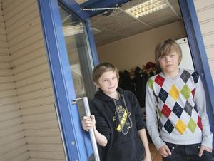 Klasskompisar. Mathias Forsberg och Anton Alexson är elva år och klasskompisar i femman. Högst på önskelistan just nu står en fotbollstränare som kan ta sig an deras lag. foto: Birgitta Alenius