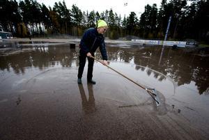 Uffe Andersson vid Tunets IP fick inleda ismakandet vid Tunets IP med att tina upp det översta gruslagret som redan hunnit frysa till.