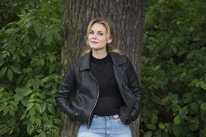 Liv Mjönes har jobbat som skådespelare sedan hon gick ut scenskolan 2006. Själv tycker hon att hon är lagom välkänd.