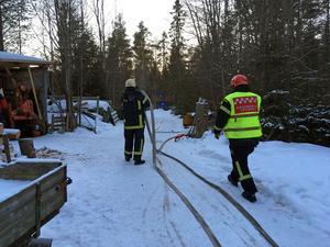 Stugan som brann ligger cirka hundra meter in i skogen från E 14.