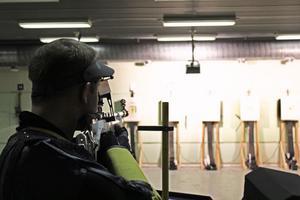 Det gäller att hålla geväret stabilt om man ska träffa mitten.