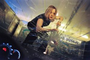 Kyle Pratts (Jodie Foster) resa blir en mardröm när dottern Julia försvinner spårlöst på flygplanet. Foto: Touchstone pictures