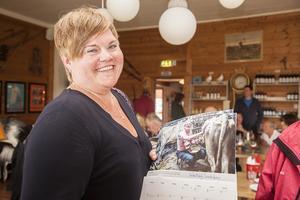 – Jag hade även en beställning. Hon är ute efter innehållet. Det är både namnsdagar och datum, säger Gunilla Svensson och skrattar. Själv köper hon gubbkalendern för att stötta en bra sak.