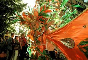 På årets stadsfest är det tänkt att sambakarnevalen ska göra comeback under lördagen. Här en sprudlande bild från 1999 års upplaga av Cityfesten. Dags att återuppliva rubriken
