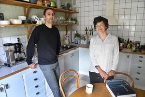 Staffan Andersson och Anna Högberg inreder med hållbarhet i åtanke. I deras hem finns originalköket från 1950-talet kvar, men det har byggts om och anpassats till moderna behov. Luckorna lackades om när familjen flyttade in. Stolarna runt matbordet är klassiska Öglanstolar.