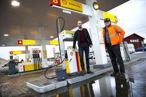 En eller två gånger i veckan råkar Thommy Bergman (till höger) på Shell/Seven Eleven i Borlänge ut för bensinsmitningar. Även om han har tydliga övervakningsbilder från brotten går de flesta smitare fria.