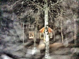 Januari: Kvällspromenad. Passerar Lidboms, ett så kallat Per-Albintorp längs vägen. Vackert i dimma och duggregn