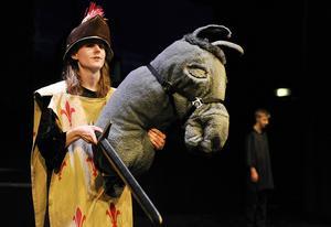 Don Quijote.(här gestaltad av Tobias Jonsson) har förstås häst.