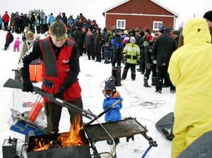 Mästerskytten Jocke Smålänning från Norderåsen värmde geväret före skytteuppvisningen. För 1,5-årige Jack Bergsmo från Nordannälden var det lika nytt som allt annat under snöskotertillställningen. Smålänning är ett släktnamn sedan 1700-talet.