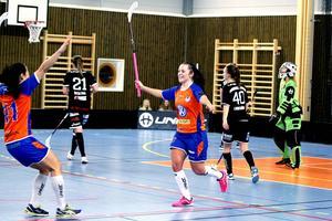 Jenny Hallström jublar tillsammans med Loretta Man sedan hon skjutit 4–3 till Strömsbro mot Dalen.