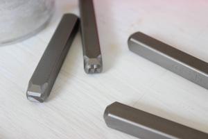 2. Det finns bokstavsstansar för plåt att köpa i de flesta järn- och hobbyaffärer. Jag använder stansar på 6 mm.