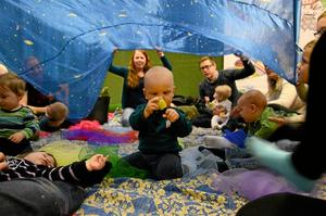 Spännande. Milo Åkesson, 1 år i februari, var mer intresserad av leksakerna än stjärnhimlen på tyget ovanför huvudet.
