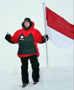 Här parkerar festföremålet själv, prins Albert den monegaskiska fanan på Nordpolen.