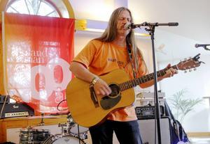 Johan Piribauer, musiker och festivalgeneral för Inlandsbanefestivalen, spelade i Lit.