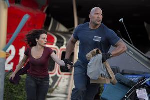 Dwayne Johnson och Carla Gugino spelar ex-paret som letar efter sin dotter i ett ödelagt San Fransisco. Som att försöka hitta en nål i en höstack alltså, men ingenting är givetvis omöjligt för