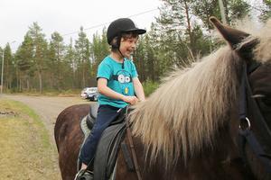 Arjuna Guidobaldi, 6, fick en spännande ridtur på islandshästen Blossa.