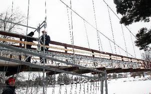 Nu har arbetet med restaureringen av hängbron i Vansbro kommit igång.FOTO:LEIF OLSSON