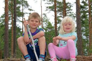 Tänk vad spännande med ett äventyr i skogen. Edvin 6 år och Elsa snart 4 år har klättrat upp, och sitter nu nöjt, på den högsta stenen. Det blev också en bra plats att äta matsäcken på.