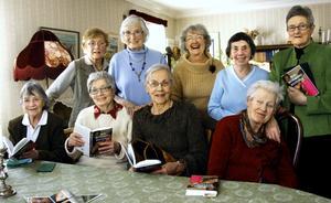 Det skrivna ordet fascinerar kvinnorna i SPF som träffas och läser tillsammans. Solveig Thunborg, Britt Edman, Lilly Bratt, Britt Widman, Elisabet Olofsson, Ingegerd Lindunger, Kerstin Rickardsson, Ulla Björnänger och Ingrid Edrén.