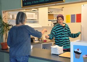 Åttorna sköter den nya cafeterian i skolans uppehållsrum. Här är det Joel Toivonen som serverar kaffe till skolsköterskan.