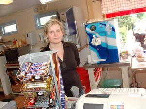 BESTULEN. Kristiina Hampinen som driver Järnvägskiosken berättar att stölden måste ha skett när hon hade öppet.