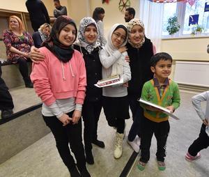 Trillingsystrarna Sara, Isra och Sedra Hammash blir kvar i Älvdalen medan Fatemeh Hoseini tillsammans med lillebror Amirhosein nu flyttas till Piteå.