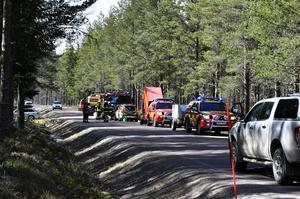 För räddningstjänsten blev vägen en arbetsplats och efter en stund blev de tvugna att spärra den av säkerhetsskäl och för att tankbilarna skulle kunna ta sig fram.
