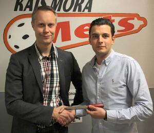 Mora of Swedens vd Fredrik Skarp lämnade över stipendiet till Jonas Thomsson på söndagen.