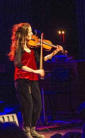 Ett av de mest imponerande, smått magiska, inslagen i årets Musik i folkton var Lisa Rydbergs oerhört sinnliga och känslointensiva soloinsats på fiol med en polska från Rättvik.