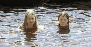 Felicia Worén och Hanna Mårsner trivs i badvattnet.